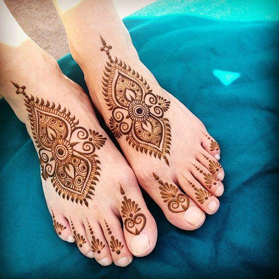 Фото женских татуировок на бедре для девушек