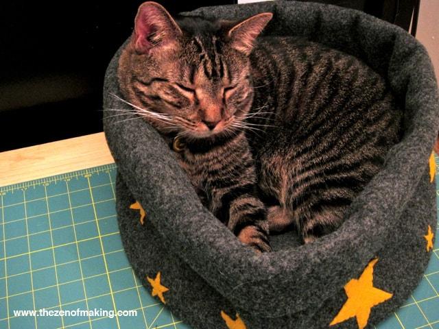 CatBedTutorialStep12CTZoM-min Как сделать домик для кота своими руками: 13 идей и мастер классов