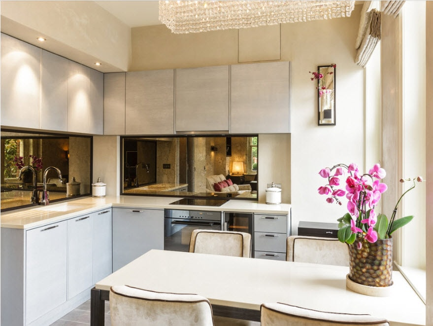 Белая кухня с зеркальным фартуком
