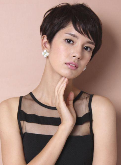 Пикси является универсальной стрижкой , которая поможет сделать образ стильным и подчеркнуть индивидуальность девушки.