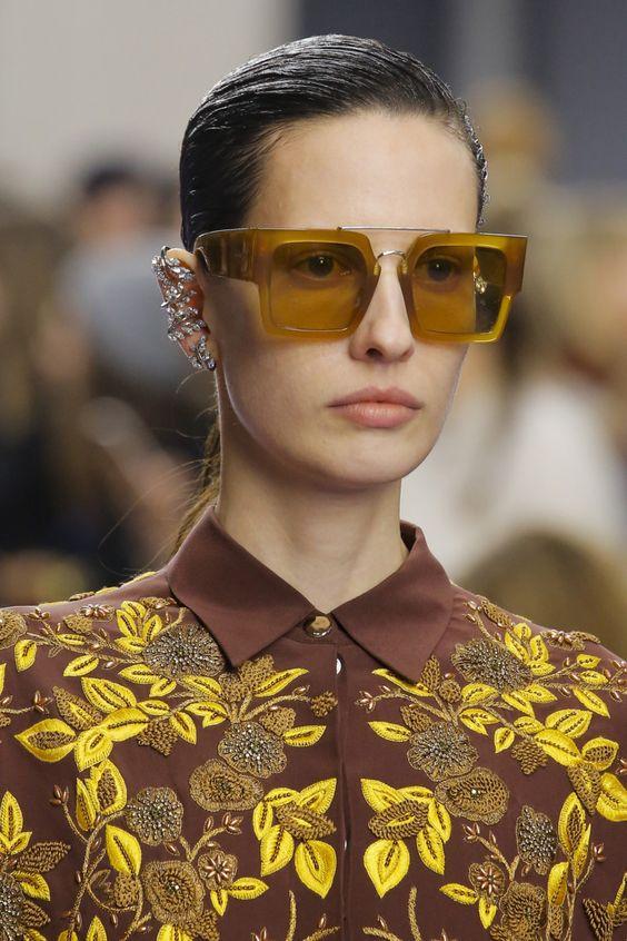 Очки с желтой пластмассовой оправой