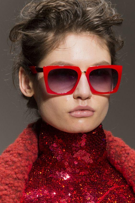 Необычные очки с красной оправой
