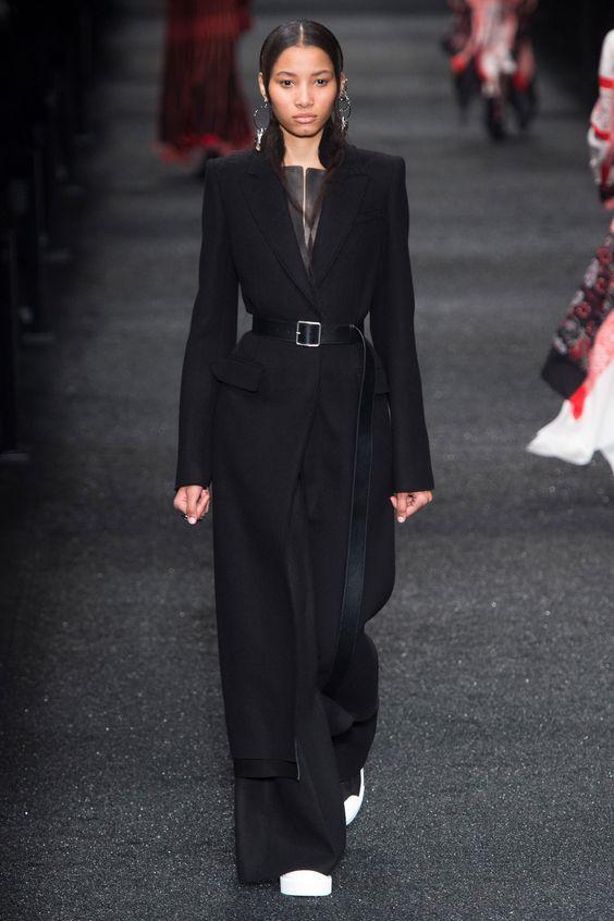 Длинное черное пальто