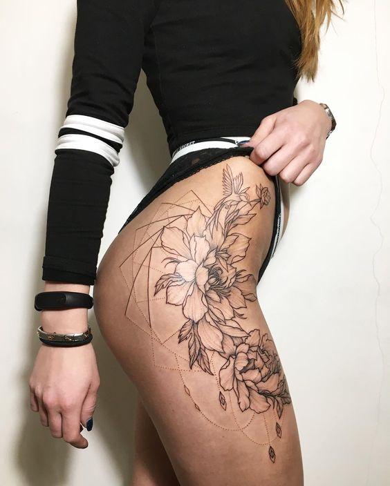 Женские тату на бедрах - фото и эскизы. Татуировки на бедре для девушек 14