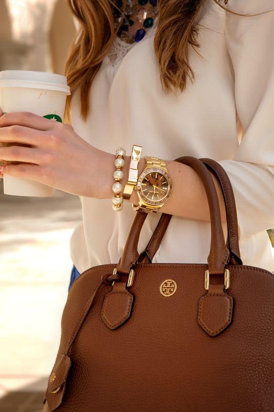 ef3cb2dac167 Большинство дизайнеров считает, классический вариант женской сумки  безликим. Однако стандартные модели черного-белого и коричневых цветов  остаются в моде и ...