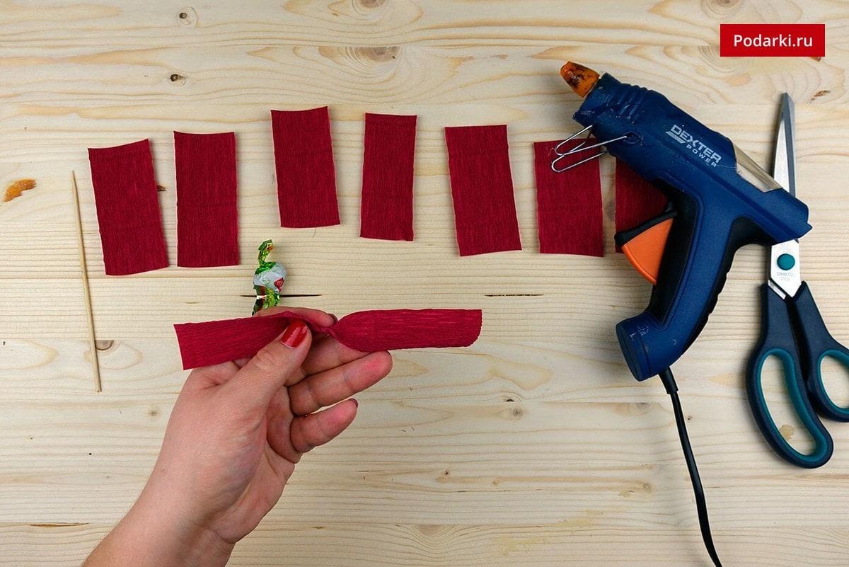 5-1 Как сделать красивую розу и бутон розы из гофрированной бумаги с конфетами и без конфет своими руками