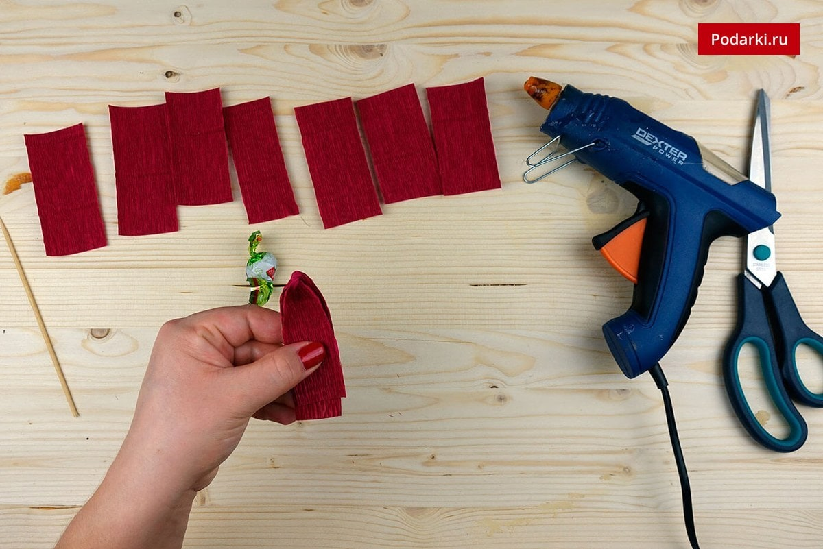 6-1 Как сделать красивую розу и бутон розы из гофрированной бумаги с конфетами и без конфет своими руками