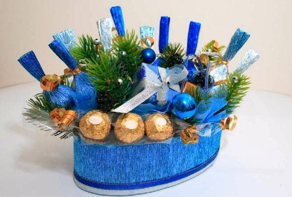 Праздничная композиция с конфетами