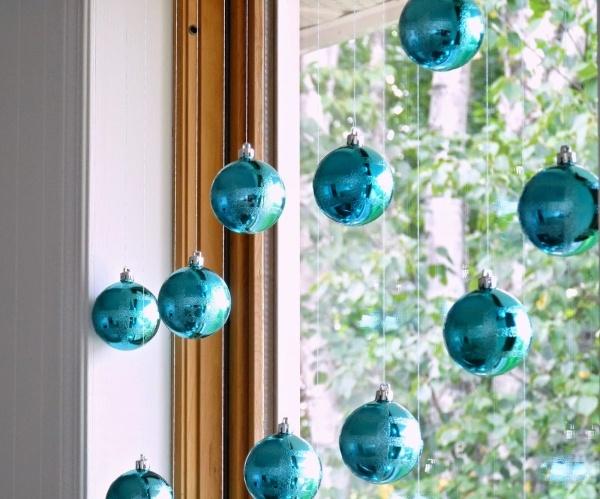 Голубые шарики на окне