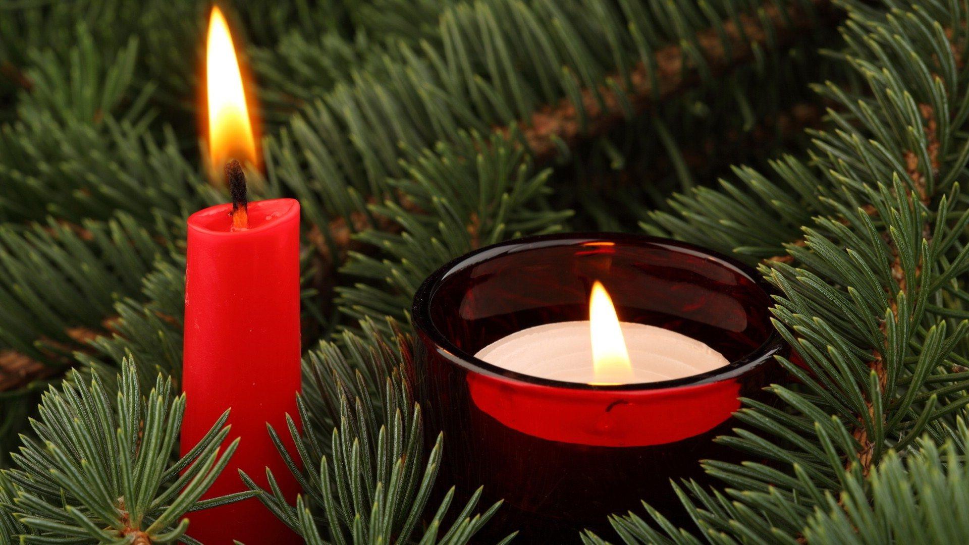 Свеча в красном подсвечнике