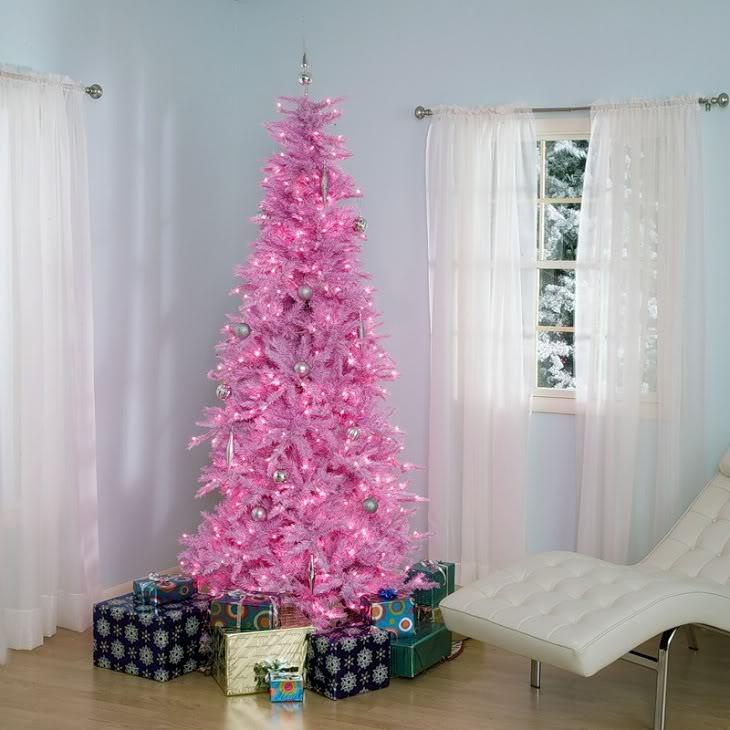 Розовая елка в комнате