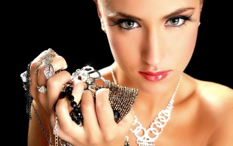 Индустрия моды активно пользуется этим и создает каждый год все новые  тренды в бижутерии. 3eaf7b3080f