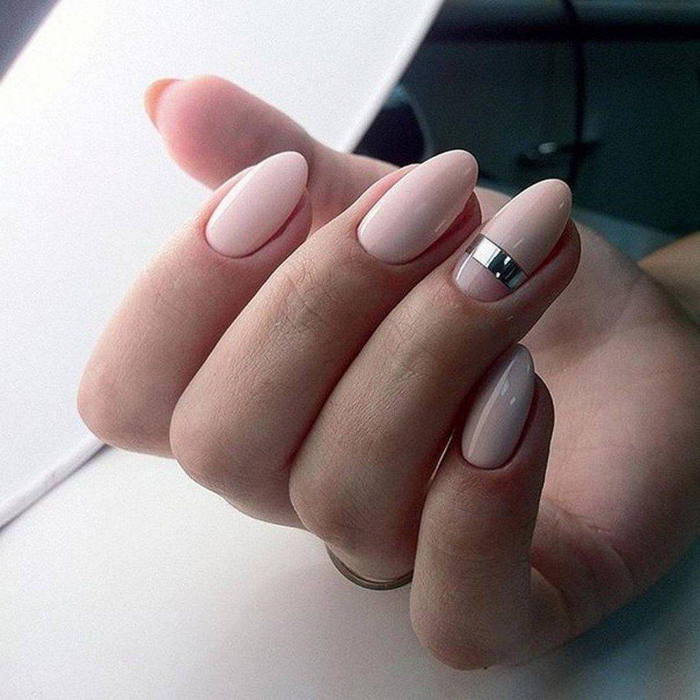 Декор в виде серебряной ленты на ногтях