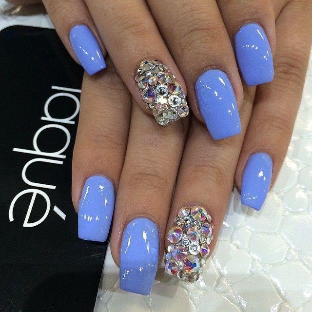 Синий с блеском на ногтях