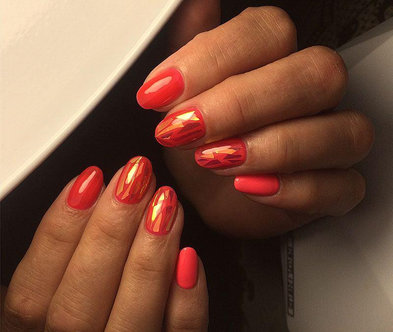 Эффект треснувшего стекла на красных ногтях