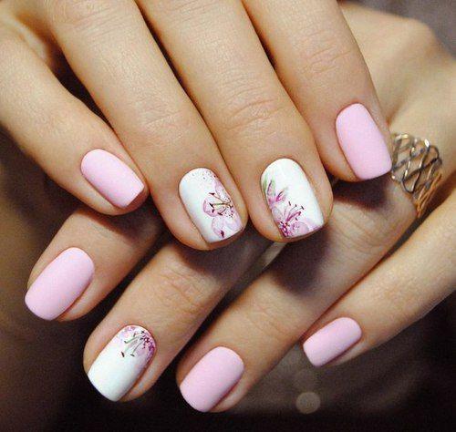 Узоры на нежно-розовых ногтях