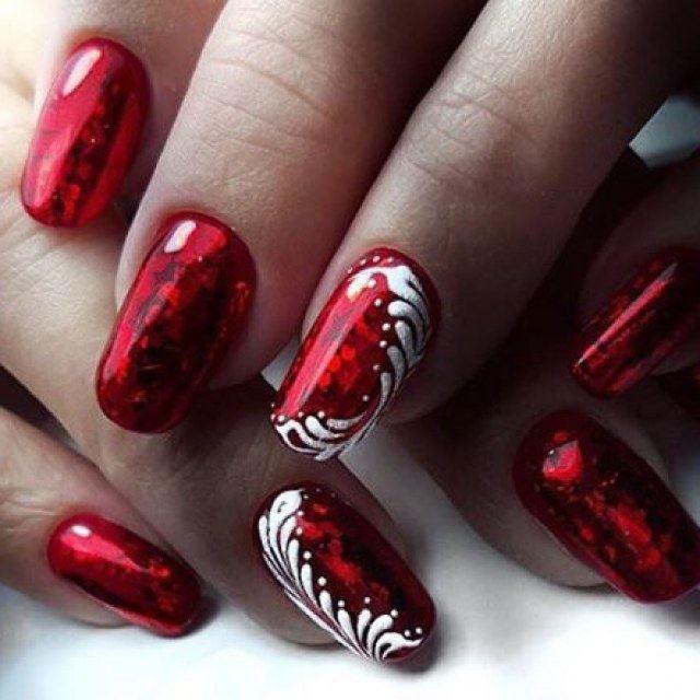 Узор белым лаком на красных ногтях