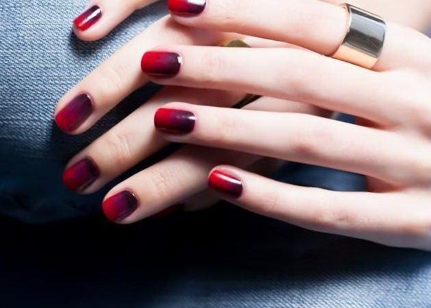 Красный омбре на ногтях