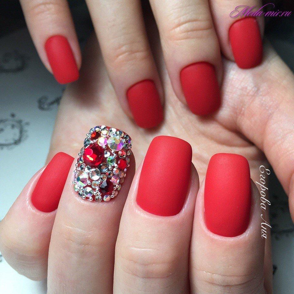 Крупные стразы на ногтях