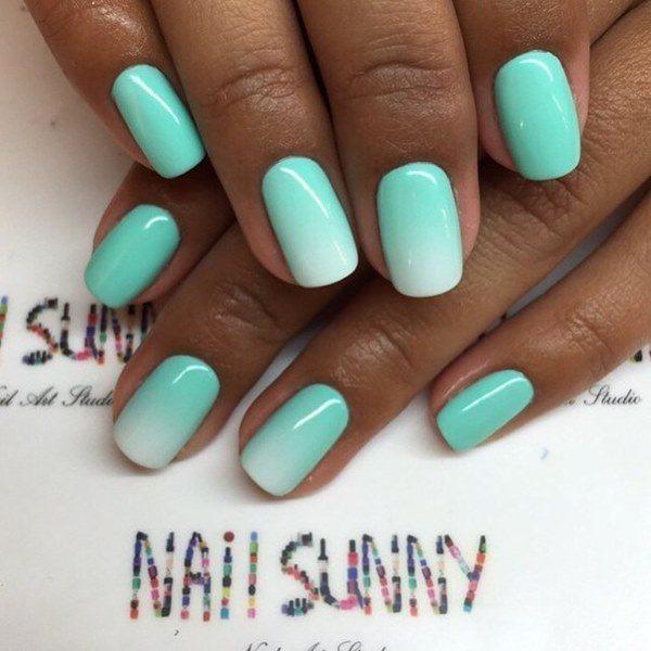 Нежный оттенок зеленого на ногтях