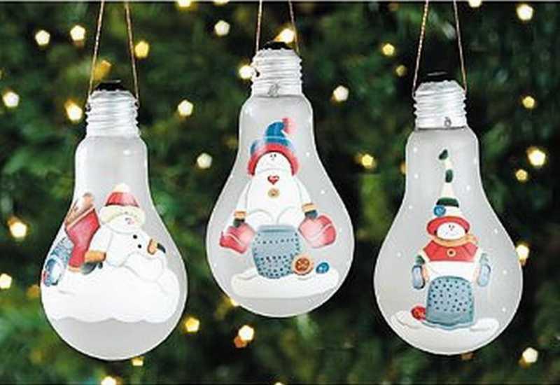 Раскрашенные новогодние лампочки