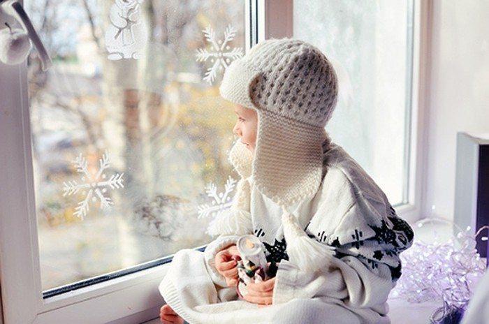 Малыш у новогоднего окна