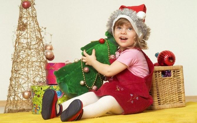 Ребенок с новогодними украшениями
