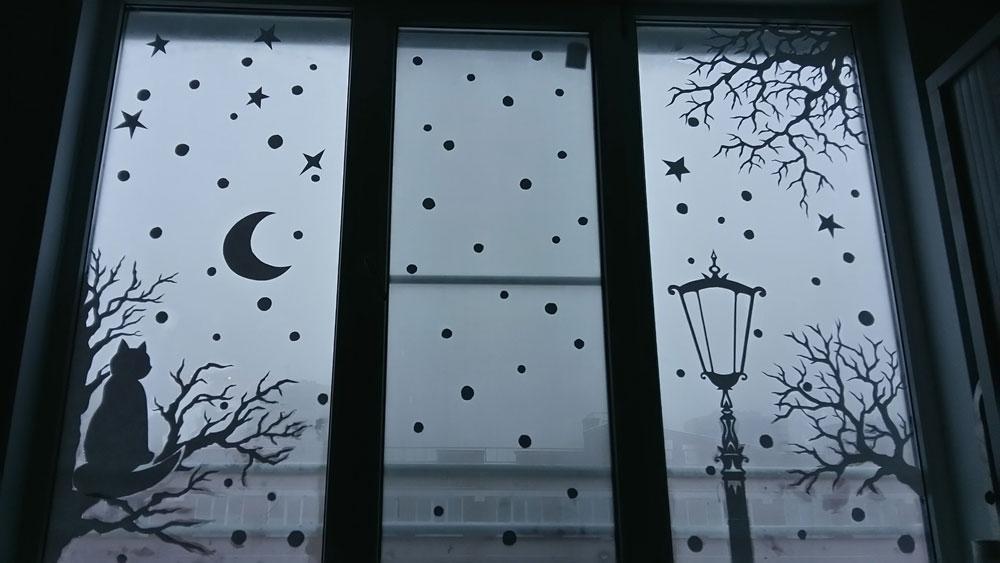 Луна и снежинки на стекле