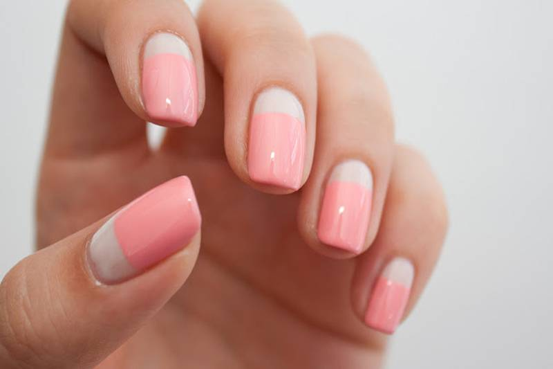 Розовый шеллак на ногтях