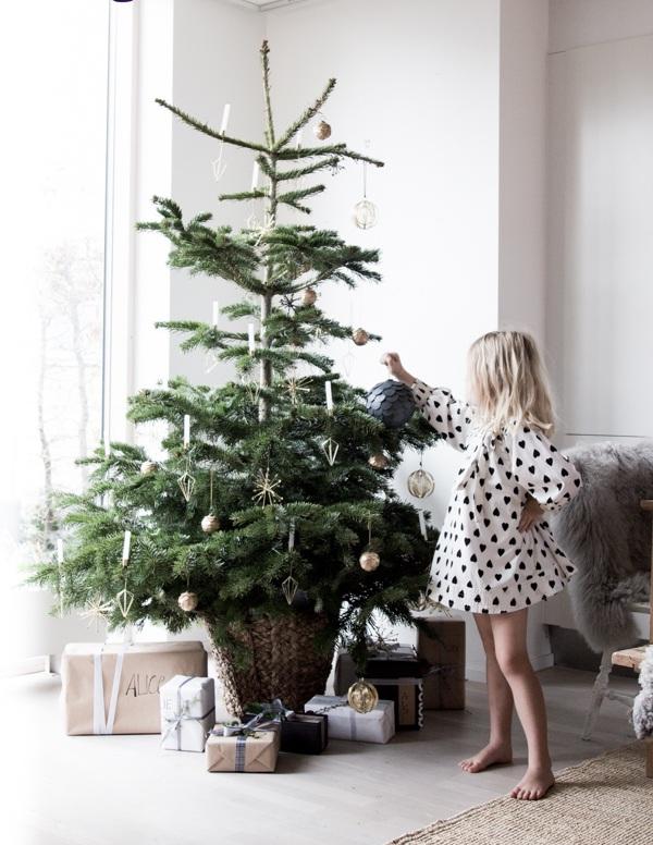 Девочка у елки