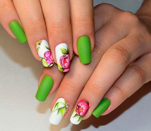 Яркие цветы на ногтях