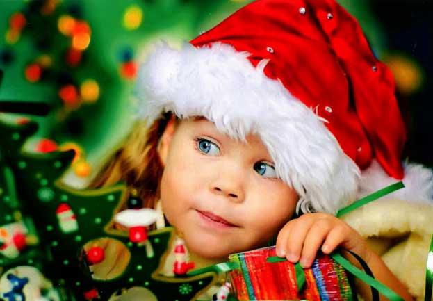 Забавный ребенок в новогоднем колпаке