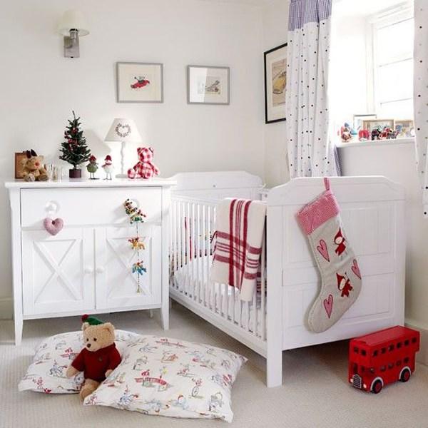 Новогодний декор в белоснежной детской