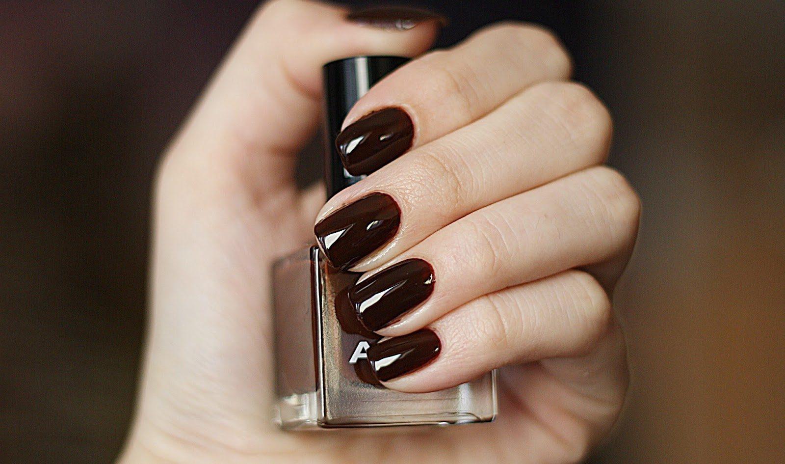 Темный шоколадный на ногтях