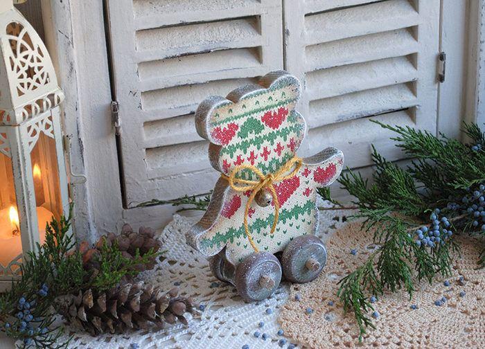 Деревянный медвежонок на Новый Год