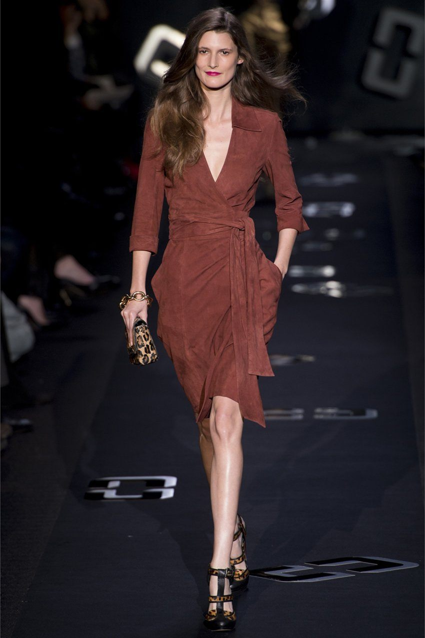 97319c8ca5fe Το διάσημο αμερικανικό μοντέλο Claire McCardel εμφανίστηκε στο κοινό σε ένα  ασυνήθιστο φόρεμα με μια πρωτότυπη μυρωδιά από το κάτω μέρος του προϊόντος.