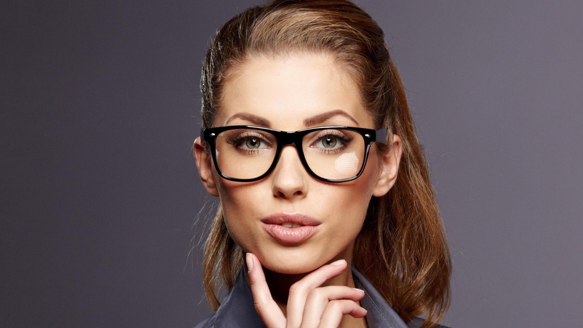 Скромная девушка hd в очках