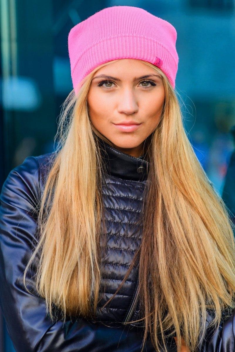 Какого цвета шапки идут блондинкам