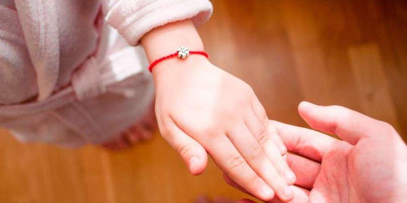Для чего нужна красная нитка на запястье и как ее правильно завязать
