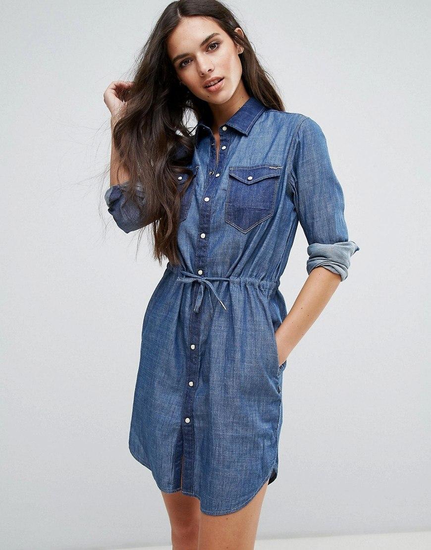 516b5926a9 Un vestido camisero se combina con una chaqueta de punto hecha de hilo de  punto fino