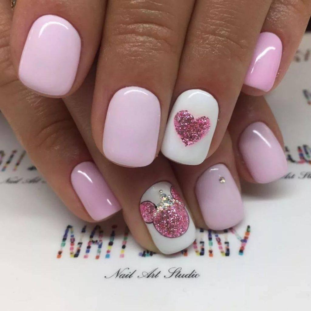 Маникюр нежно розовый со стразами