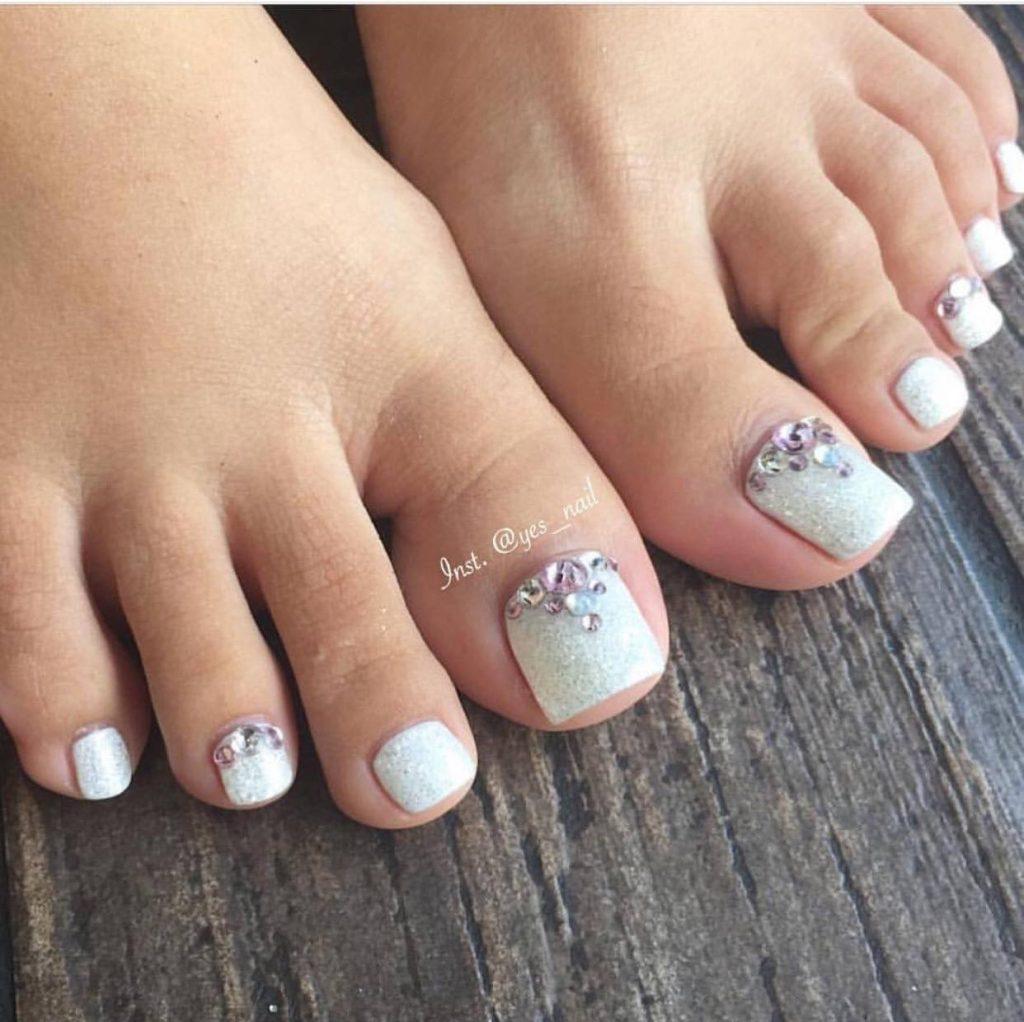 Варианты дизайна ногтей на ногах со стразами.