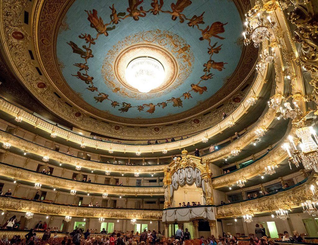 В петербургских театрах аншлаги, отсутствие соцдистанции и масок