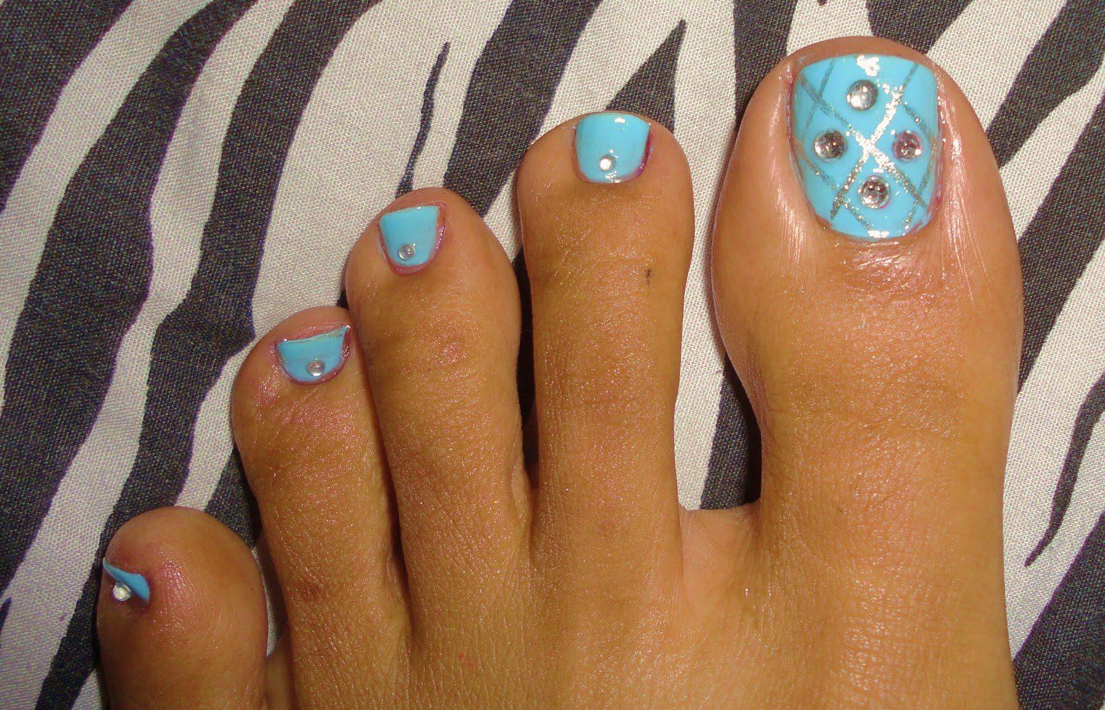 Во вторую очередь – это способ выделиться в весеннюю и летнюю пору года изысканным и неординарным декором ноготков на пальчиках ног.