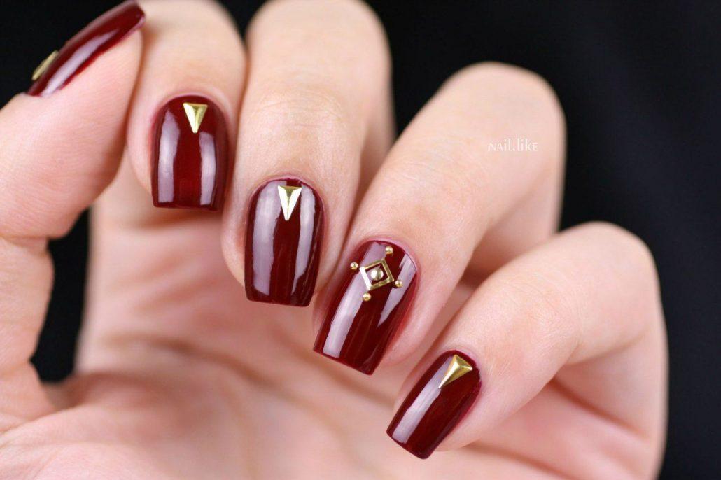 Ногти бордового цвета с блестками