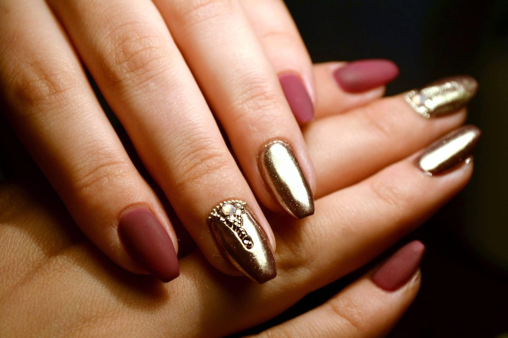 металлические кольца, дизайн ногтей втирка зеркальной пыли фото золотой что боевую раскраску