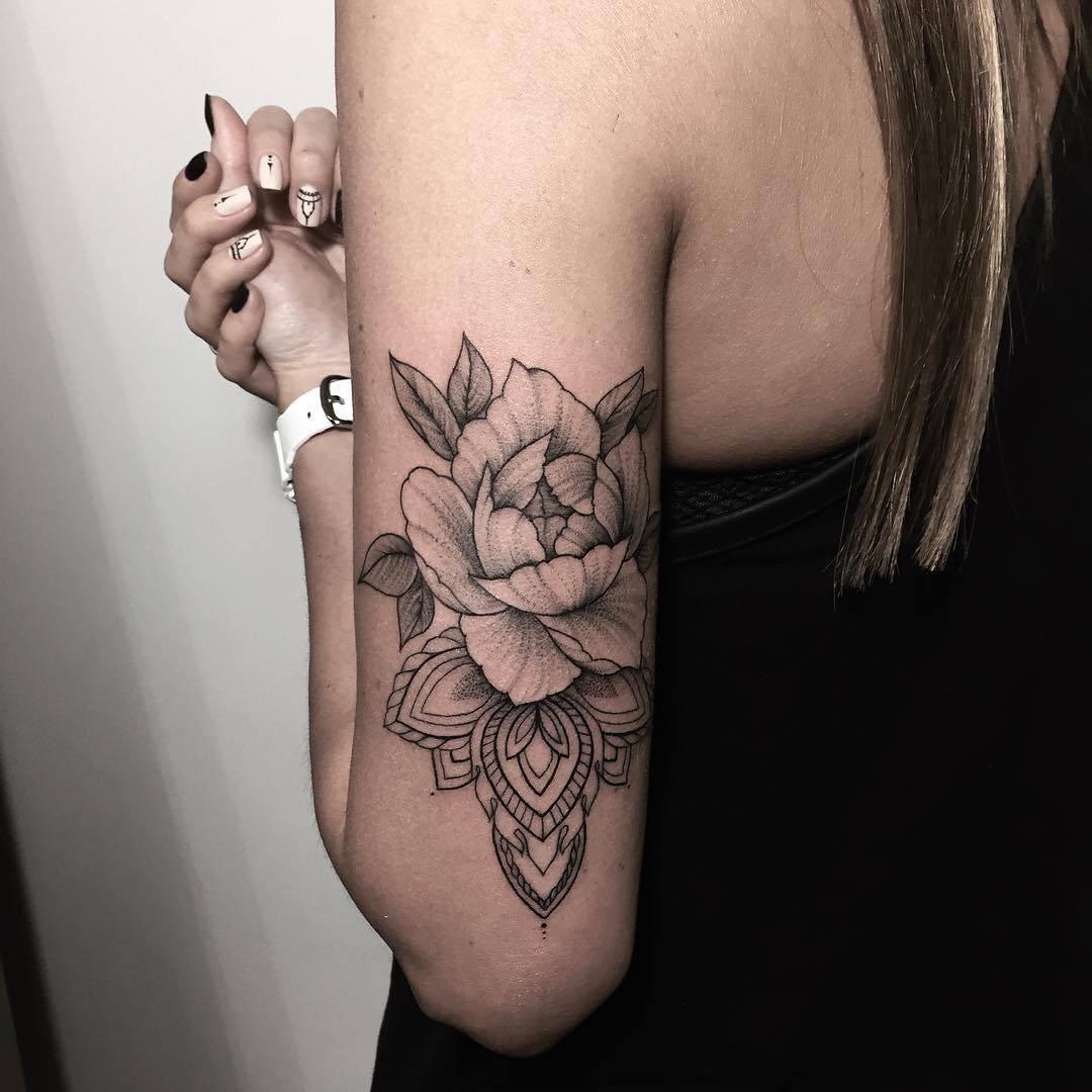 Татуировки с лилиями для девушек