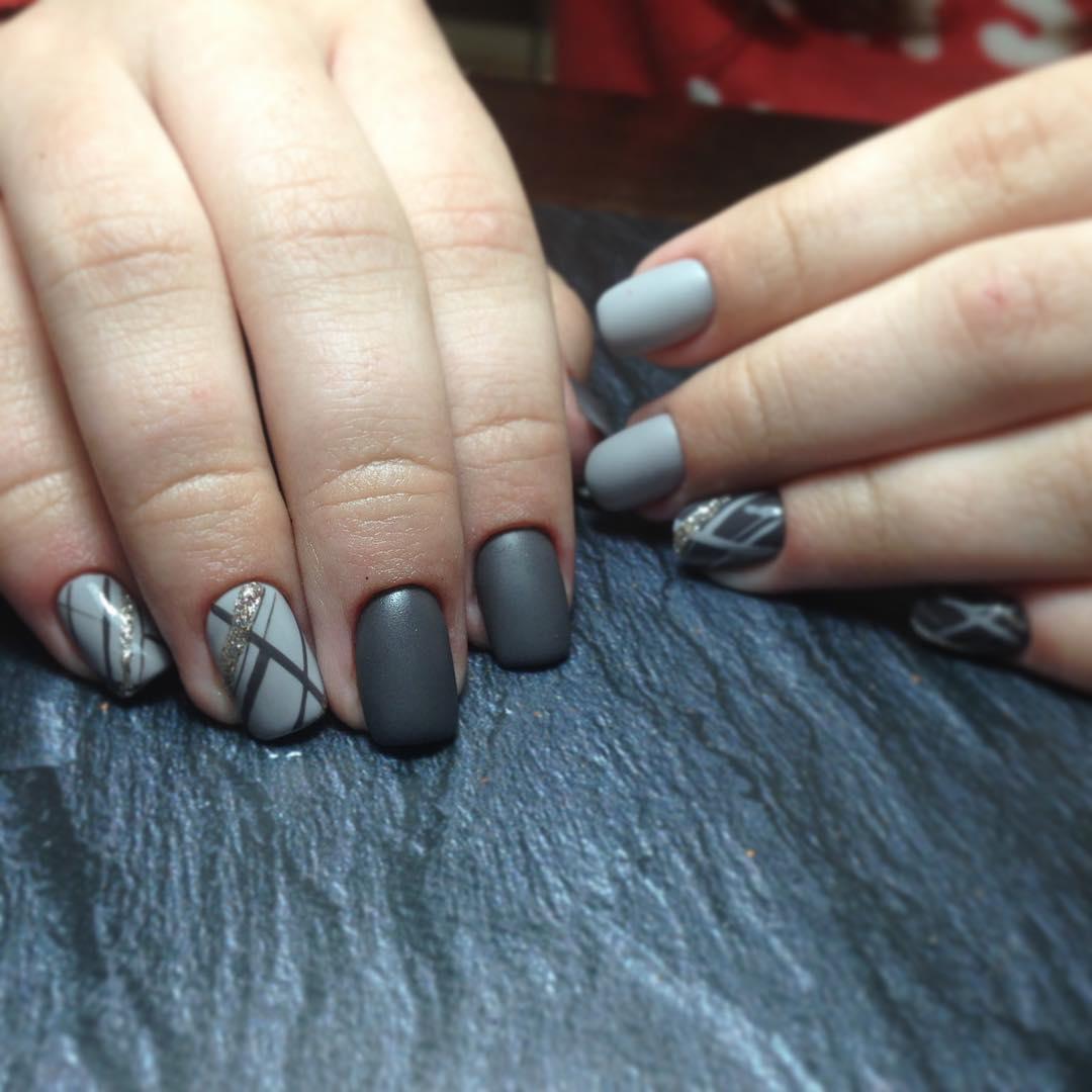 Маникюр с серым и черным цветами