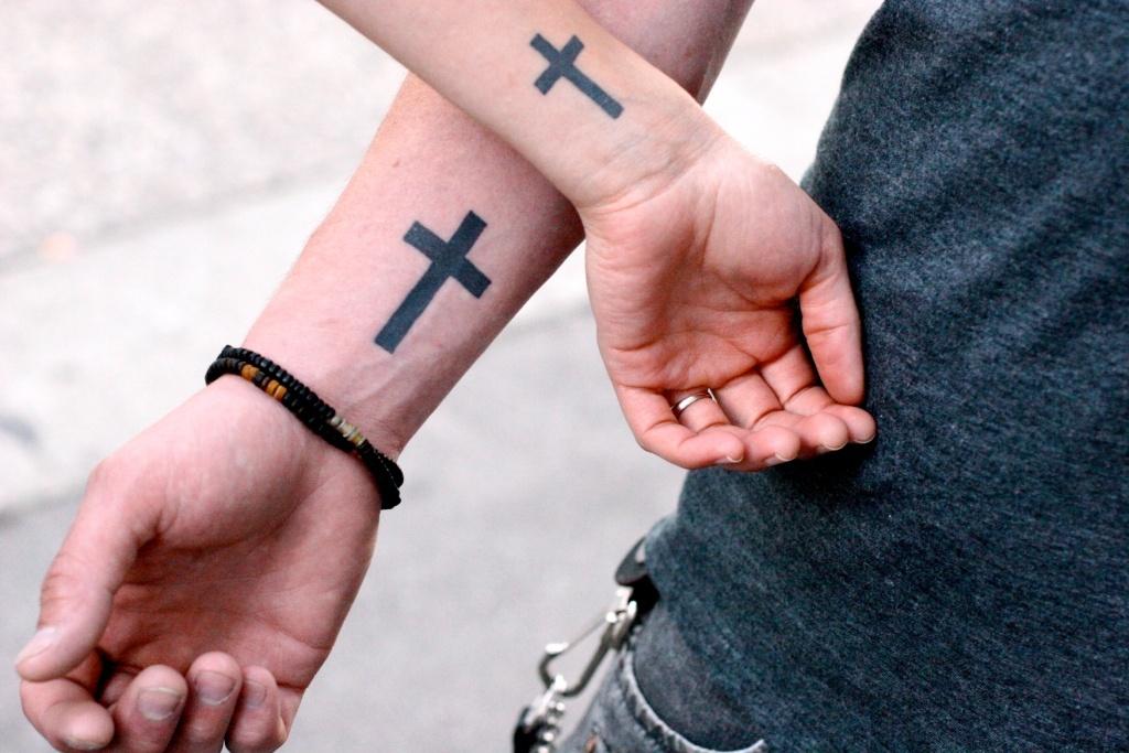 Татуировки в виде креста на руке