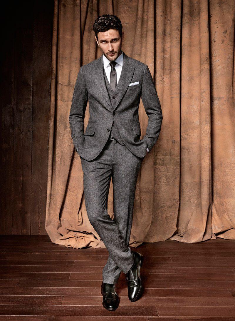 dbeae444 Чтобы костюм «тройка» идеально сидел на фигуре, многие рекомендуют шить его  на заказ. При этом необходимо обратить особое внимание на жилет, который  вносит ...